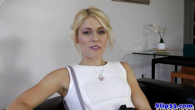 Para penjaga bercinta dengan indo mama porn bos di rumah kosong.