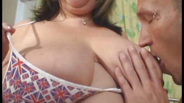 Brunette xx video bokep indo Judith menunjukkan pose flexi